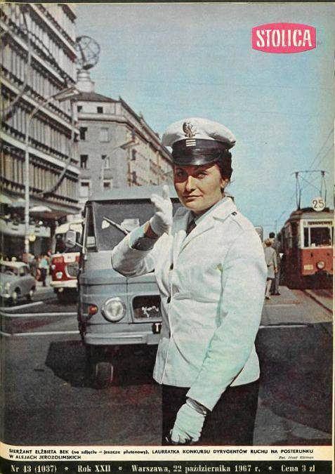 Pani Elżbieta Bek na okładce 'Stolicy' w 1967 roku, kieruje ruchem w Alejach Jerozolimskich