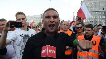 Robert Bąkiewicz podczas marszu skrajnych prawicowców. Warszawa, 1 sierpnia 2018