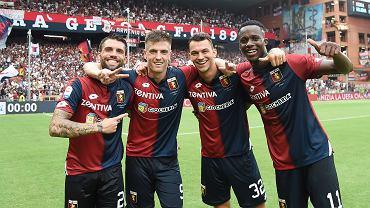 Krzysztof Piątek (drugi z lewej) w barwach FC Genoa