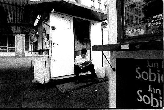 22.05.1999 WARSZAWA PLAC KONSTYTUCJI BARY WIETNAMSKIE DZISIAJ JUZ NIEISTNIEJA WIETNAMCZYCY W POLSCE PRACUJA WIETNAM  FOT. ADAM KOZAK / AGENCJA GAZETA  XFS