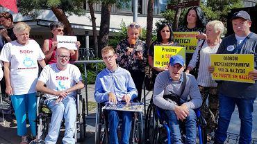 Przed Sejmem odbywa się pikieta osób niepełnosprawnych i ich opiekunów