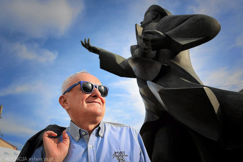 Jacek Cygan - tekściarz - przed pomnikiem Kiepury w Sosnowcu