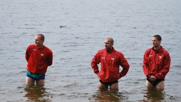 Jezioro Necko ma nawet 25 m głębokości, ale przy brzegu jest płytko. Piłkarze GKS-u Tychy w Augustowie
