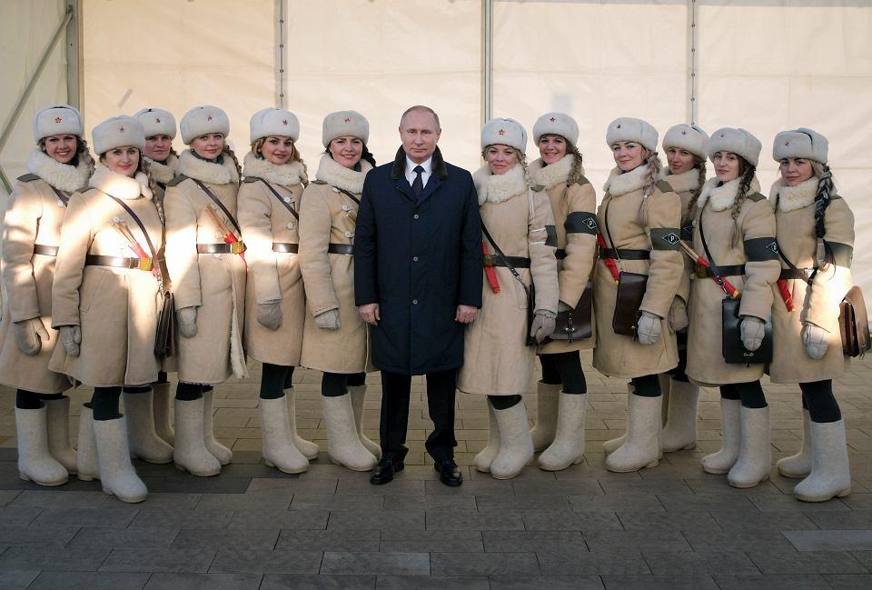 Putin i kobiety ubrane w mundury z epoki podczas obchodów 75-lecia zakończenia bitwy o Stalingrad