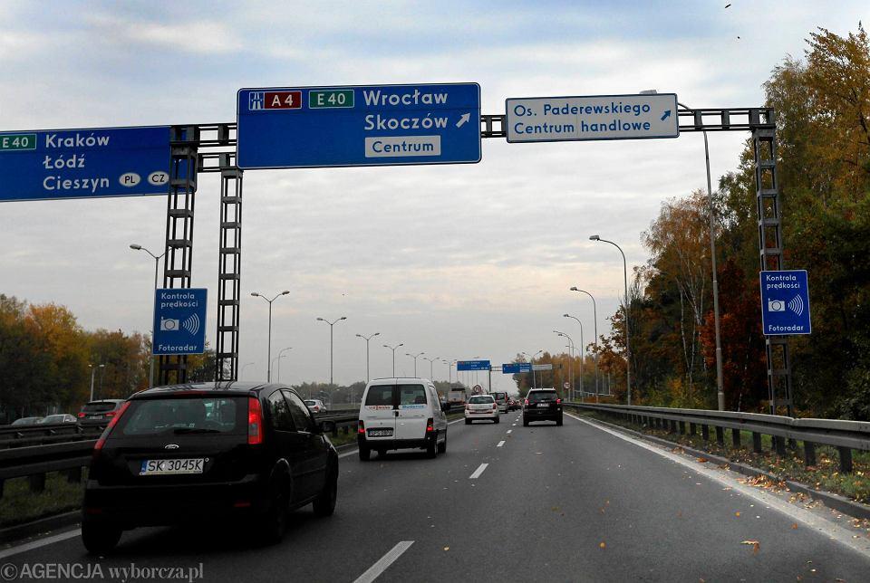 Znak informujący o fotoradarze przy zjeździe z al. Murckowskiej na autostradę A4 w Katowicach