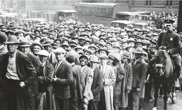W grudniu 1932 r., czyli w ostatnich tygodniach rządów Hoovera, na bezrobociu było 14 mln ludzi (33 proc.). Prezydent zainicjował program robót publicznych, i to na jego wniosek Kongres przyjął plan antykryzysowy zakładający przeznaczenie 915 mln dol. (odpowiada to ok. 12 mld dol. dzisiaj) na różne formy wsparcia gospodarki. 400 mln dol. (ok. 6 mld) przeznaczono na budownictwo mieszkaniowe. Na zdjęciu tłum bezrobotnych z Cleveland w oczekiwaniu na przydzielenie do pracy przy robotach publicznych. Zdjęcie z 9 października 1930 r. Dla milionów amerykańskich bezrobotnych i bezdomnych ostatnią deską ratunku była Armia Zbawienia, odłam protestantów, dla których jednym z głównych celów jest działalność charytatywna. Podczas Wielkiego Kryzysu Armia Zbawienia stała się bardzo aktywna. Na zdjęciu działacz Armii Zbawienia nalewa darmową zupę.