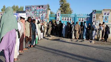 Kolejka do lokalu wyborczego. Helmand, Afganistan
