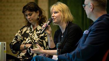 Karolina Sulej (środek) - jedna z autorek nominowanych do nagrody im. Ryszarda Kapuścińskiego