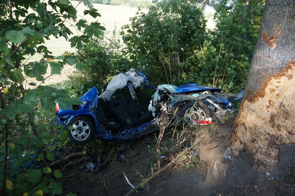 Wypadek w Mikołowie. Zginęło dwóch mężczyzn, po jednego z rannych przyleciał śmigłowiec LPR