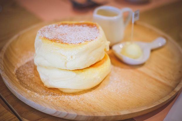Japońskie fluffy pancakes podbiły serca internautów. Jak zrobić urocze i puszyste naleśniki?