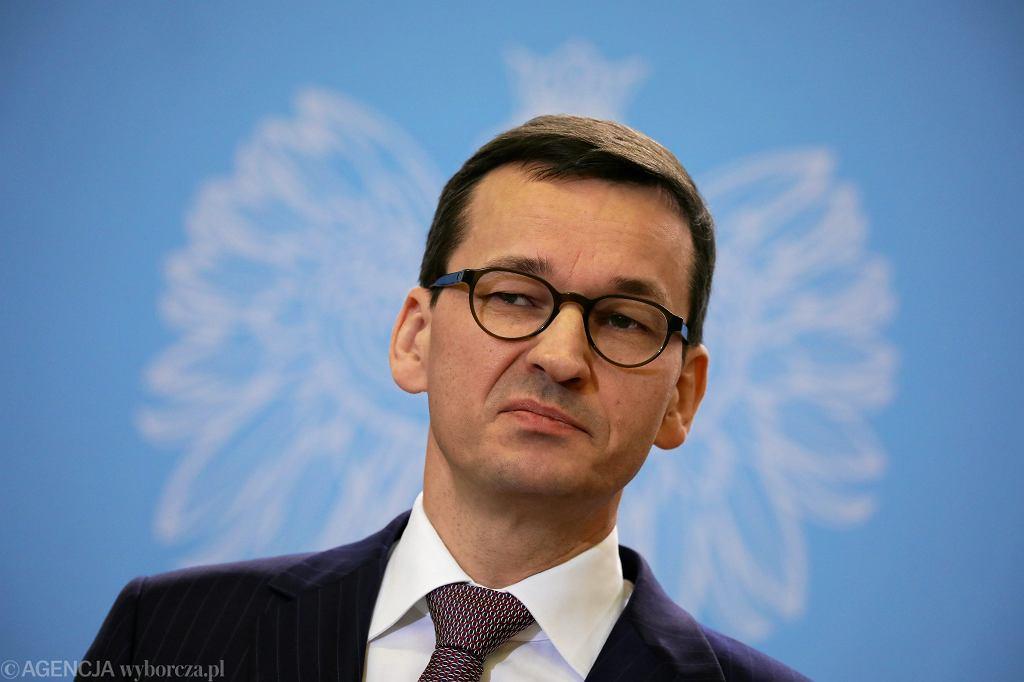 Premier rządu PiS Mateusz Morawiecki podczas konferencji w KPRM, 19 grudnia 2017