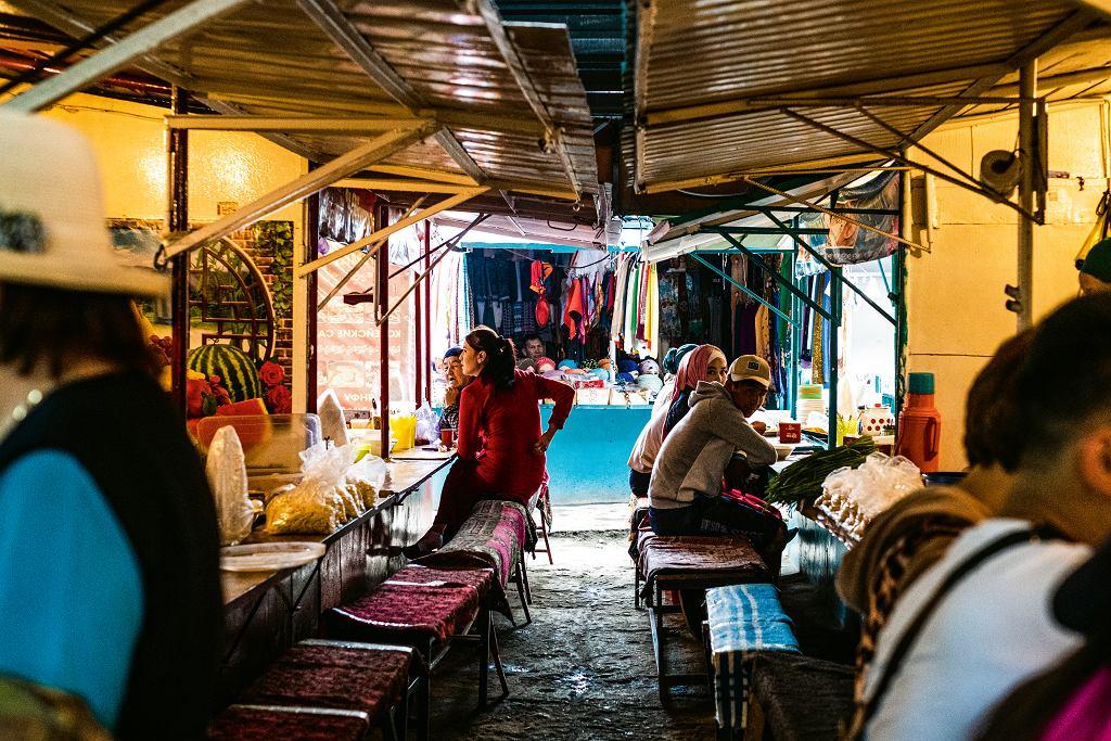 Kirgistan, alejka z aszlanfu na bazarze w Karakolu