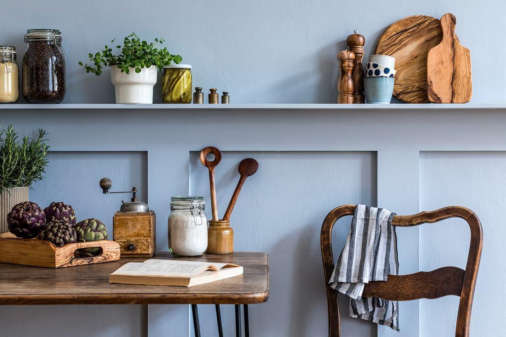 Szara kuchni i drewno na dodatkach.