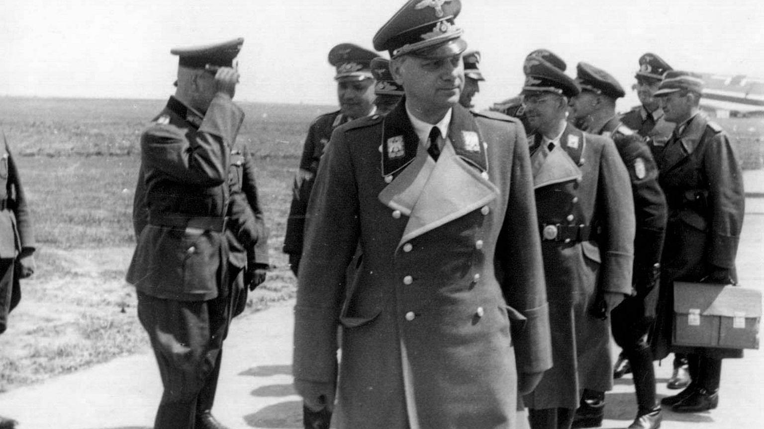 Rosenberg na lotnisku w Kijowie w czasie swojej wizyty na Ukrainie w 1942 roku