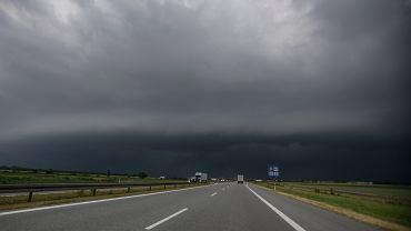 Chmura burzowa z wałem szkwałowym, zdjęcie ilustracyjne.