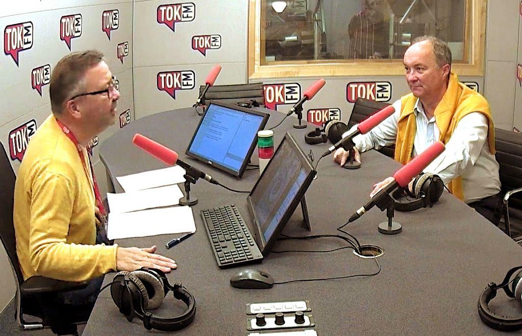 Włodzimierz Czarzasty i Maciej Zakrocki i ich żółte sweterki w studiu radia TOK FM