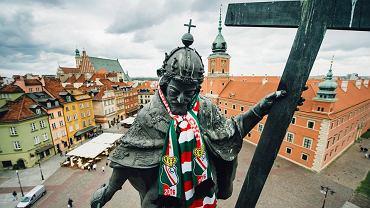 Król Zygmunt III Waza ubrany w szalik Legia Warszawa.