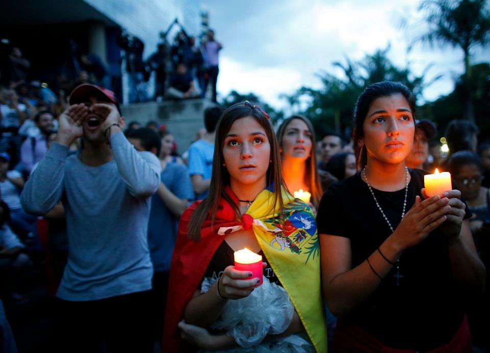 Uczestnicy antyrządowych protestów w Caracas oddają cześć zabitym przez funkcjonariuszy demonstrantom