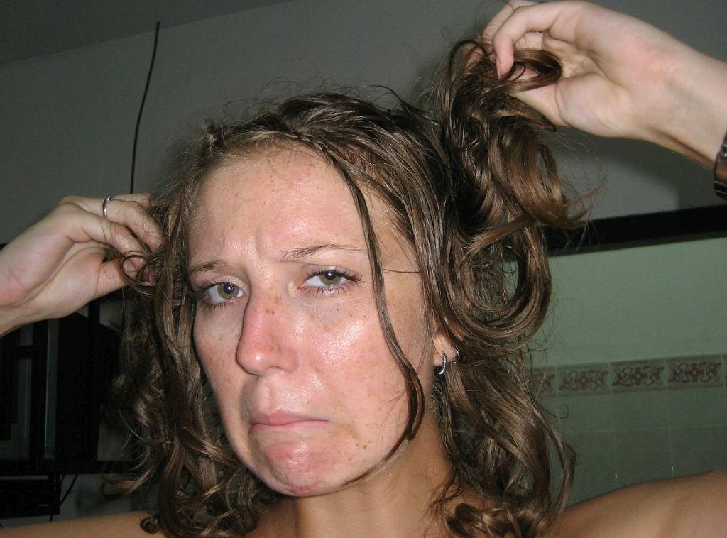 Szybko przetłuszczające się włosy? Według medycyny ludowej pomóc mogą płukanki z kory dębu