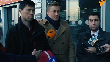 Denis Lisow (pierwszy od lewej) na lotnisku