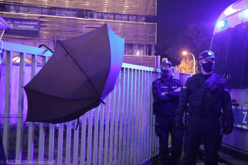 Protest pod Trybunałem Konstytucyjnym po wyroku ws . prawa aborcyjnego .