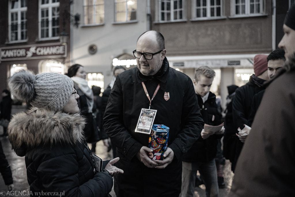 Prezydent Gdańska Paweł Adamowicz podczas zbierania pieniędzy na rzecz 27. finału WOŚP, 13.01.2019.