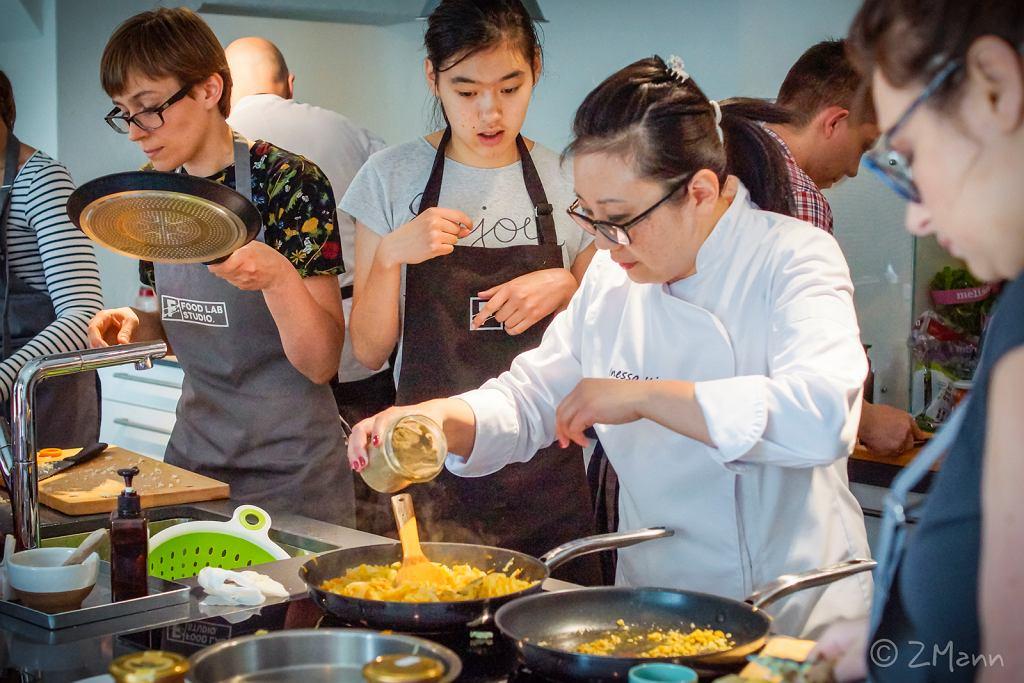Inessa Kim podczas warsztatów gotowania dań kuchni koreańskiej