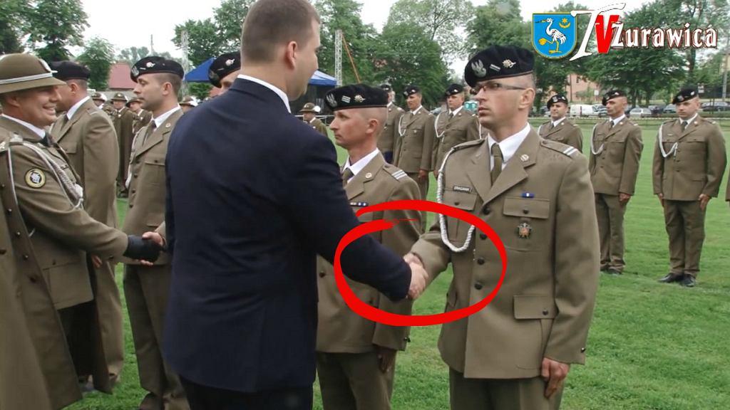 Bartłomiej Misiewicz na święcie 1. Batalionu czołgów