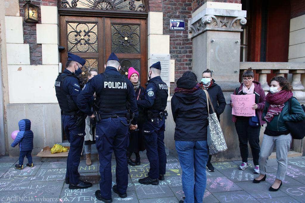 Kraków. Protest 'Gdzie są dzieci' Rodzin Bez Granic. Policja pod siedzibą PiS (8 października)