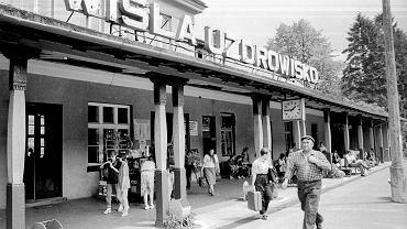 Do kilkunastotysięcznego miasteczka od lat przyjeżdżali odpoczywać turyści. Głównie ze Śląska, najczęściej z roku na rok ci sami ludzie. Wisła nie wyróżniała się niczym szczególnym wśród innych turystycznych miejscowości w Beskidach. Aż do pierwszych sukcesów Adama Małysz. Pamiętacie jeszcze miasto z czasów, nim zapanowała 'małyszomania'? Tak w 1992 roku wyglądał dworzec kolejowy w Wiśle.