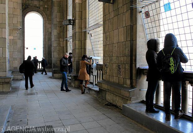 Turyści na tarasie widokowym w Pałacu Kultury i Nauki
