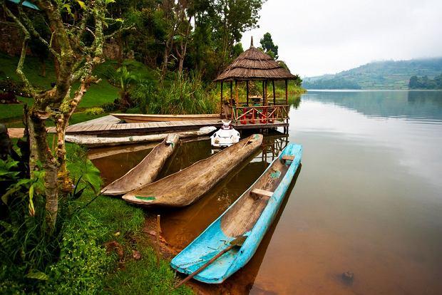 Tradycyjne łodzie na jeziorze Bunyonyi, Uganda / fot. Shutterstock