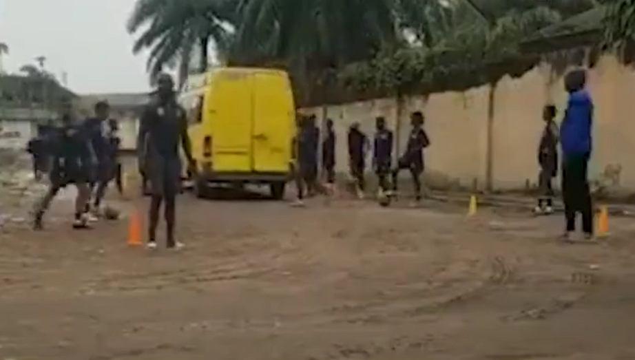 Skandal w Afryce. Piłkarki Demokratycznej Republiki Kongo musiały trenować na ulicy [WIDEO]