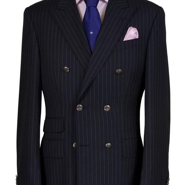 Garnitur na miarę, wełna 140's. Kolekcja tkanin Black. Cena: 3 500 zł. Koszula na miarę, bawełna. Cena: 490 zł; krawat jedwabny, cena: 190 zł; poszetka, cena: 160 zł