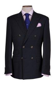 Cafardini: ekskluzywne garnitury na miarę, garnitury, moda męska, Garnitur na miarę, wełna 140's. Kolekcja tkanin Black. Cena: 3 500 zł. Koszula na miarę, bawełna. Cena: 490 zł; krawat jedwabny, cena: 190 zł; poszetka, cena: 160 zł
