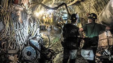 Ornontowice, kopalnia Budryk. Górnicy podczas zjazdu na najgłębszy pokład wegla - 1290 m.