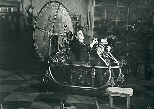 'Wehikuł czasu', adaptacja filmowa z 1960 r. W powieści H.G. Wellsa naukowiec podróżuje do przyszłości, w której ludzkość podzieliła się na dwa wrogie plemiona