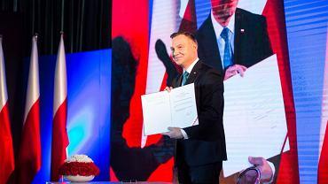 Andrzej Duda podpisał w Żyrardowie ustawę o dodatkowym świadczeniu dla emerytów i rencistów