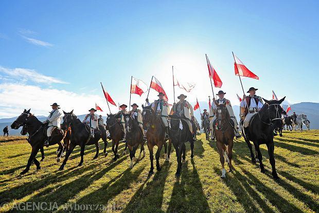 Goralska banderia konna zlozona ze stu gorali na koniach zorganizowana w rocznice 100 - lecia odzyskania niepodleglosci przez Polske .