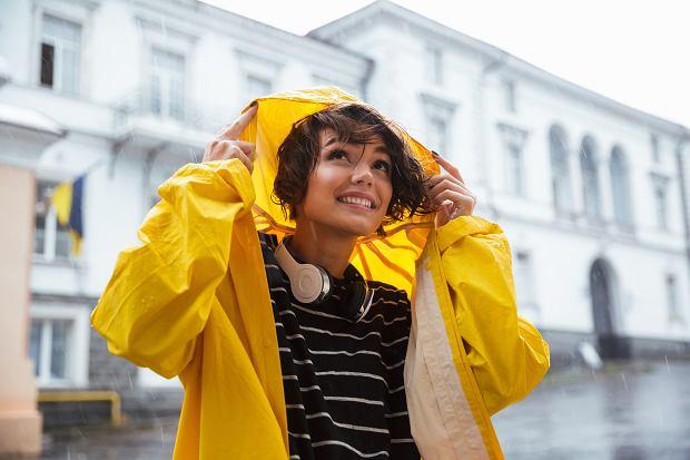 267a089ae Kurtka przeciwdeszczowa damska: stylowy niezbędnik na deszczowe dni