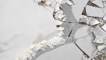 Pęknięty lód. Zdj. ilustracyjne
