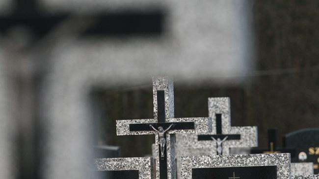 Miasta zamykają cmentarze dla odwiedzających. Rzecznik rządu: Zakazu wstępu nie ma