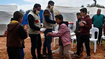 Koronawirus w Syrii. Pracownicy organizacji pozarządowej pokazują dzieciom, jak myć ręce
