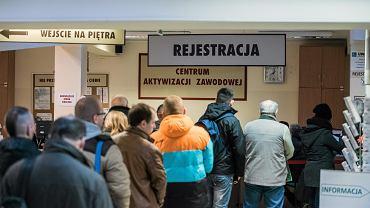 Bezrobotni stoją w kolejce w Urzędzie Pracy.