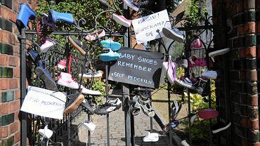 28 sierpnia 2018. Dziecięce buciki zawieszone na ogrodzeniu kościoła pw. Jana Chrzciciela w Szczecinie w ramach międzynarodowej akcji 'Baby Shoes Remember'