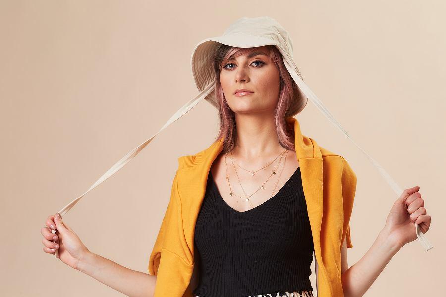 Stylizacja z modnym 'bucket hat'
