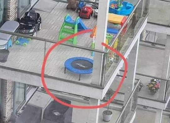 Zdjęcie trampoliny na balkonie