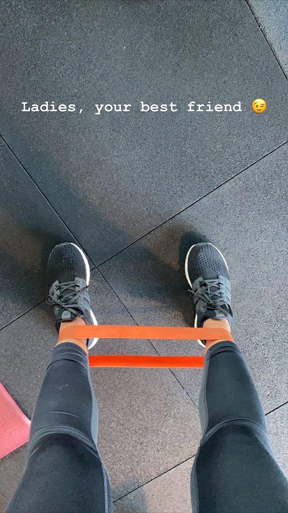 Sandra Kubicka ćwiczy z taśmami oporowymi