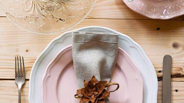 <B>Szyszka jak jest, każdy widzi. Nasza stylistka dostrzegła w niej jednak materiał na finezyjne kwiaty, które zmienią zwykłe świece czy niewyszukane naczynia w piękne dekoracje stołu. Pokazujemy krok po kroku, jak je zrobić.</B> <BR />NA SERWETKĘ. taka ekologiczna obrączka najlepiej pasuje do serwetek z lnianego płótna w naturalnym kolorze. Aby ją zrobić, potrzebny jest szyszkowy kwiatek (jak go zrobić, pokazujemy dalej krok po kroku), drucik oraz papierowa wstążka. Drucik owijamy ściśle wstążką, formujemy obrączkę i kropelką gorącego kleju z pistoletu mocujemy na niej kwiatek.