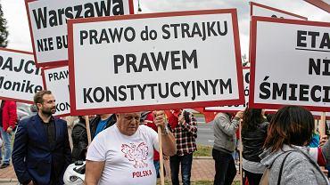 Protest pracowników LOT przeciw zwolnieniu przewodniczącej Związku Zawodowego Personelu Pokładowego Moniki Żelazik. Warszawa, 30 czerwca 2018